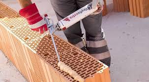 Guiet construction, mousse contact permet un montage facile des briques au Château d'Olonne en Vendée